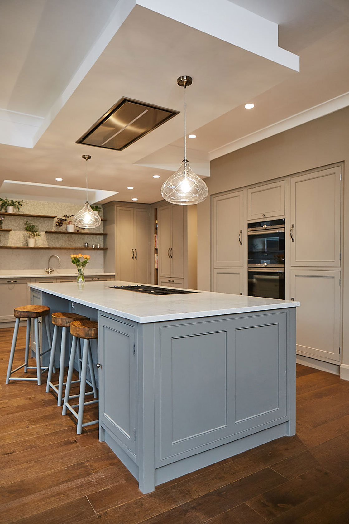 Kitchen island with flush extractor in ceiling