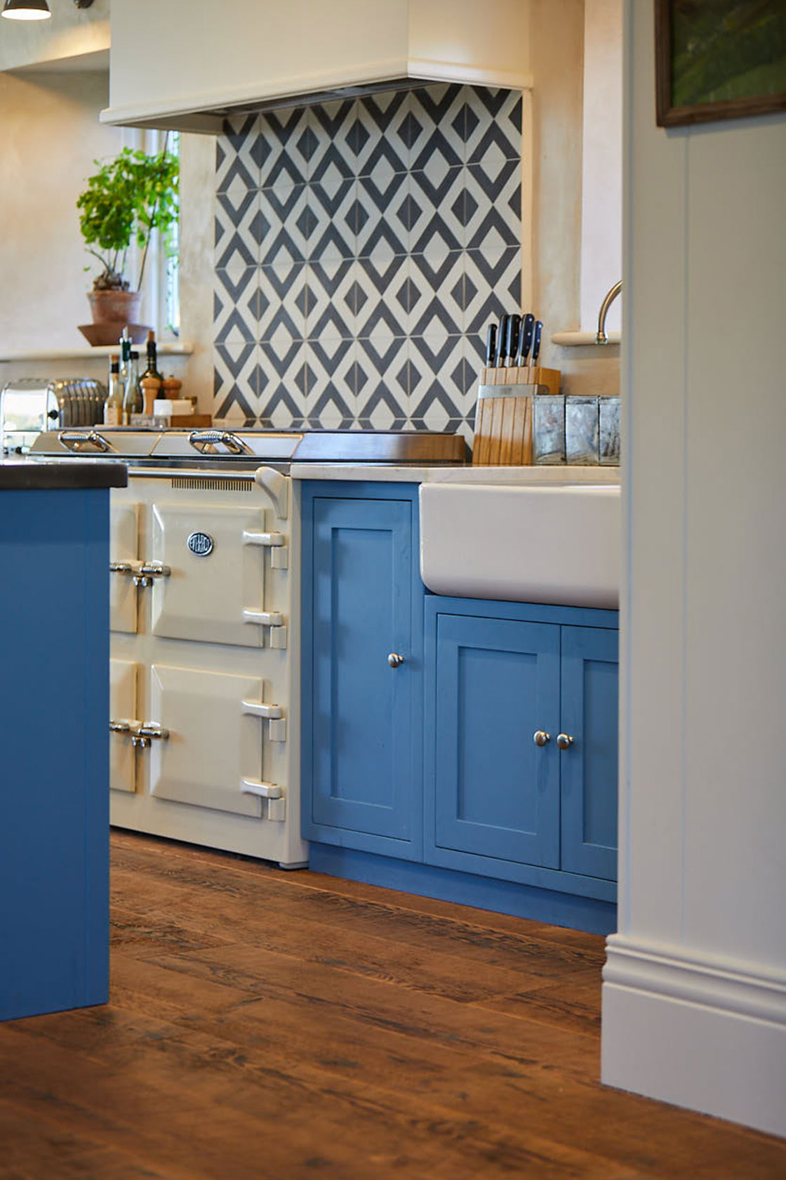 Geometric tiles behind cream Everhot cooker