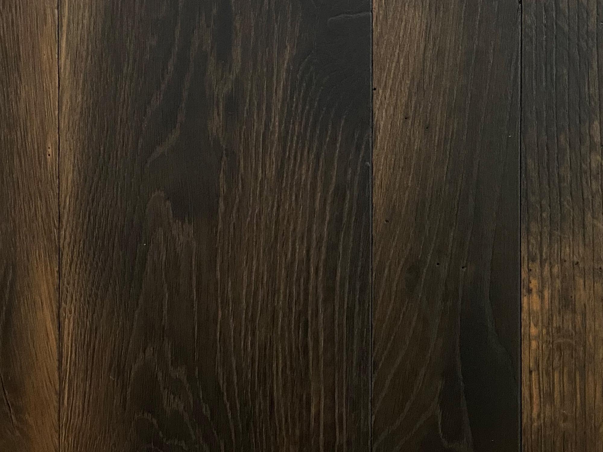 Oak grain running through flooring