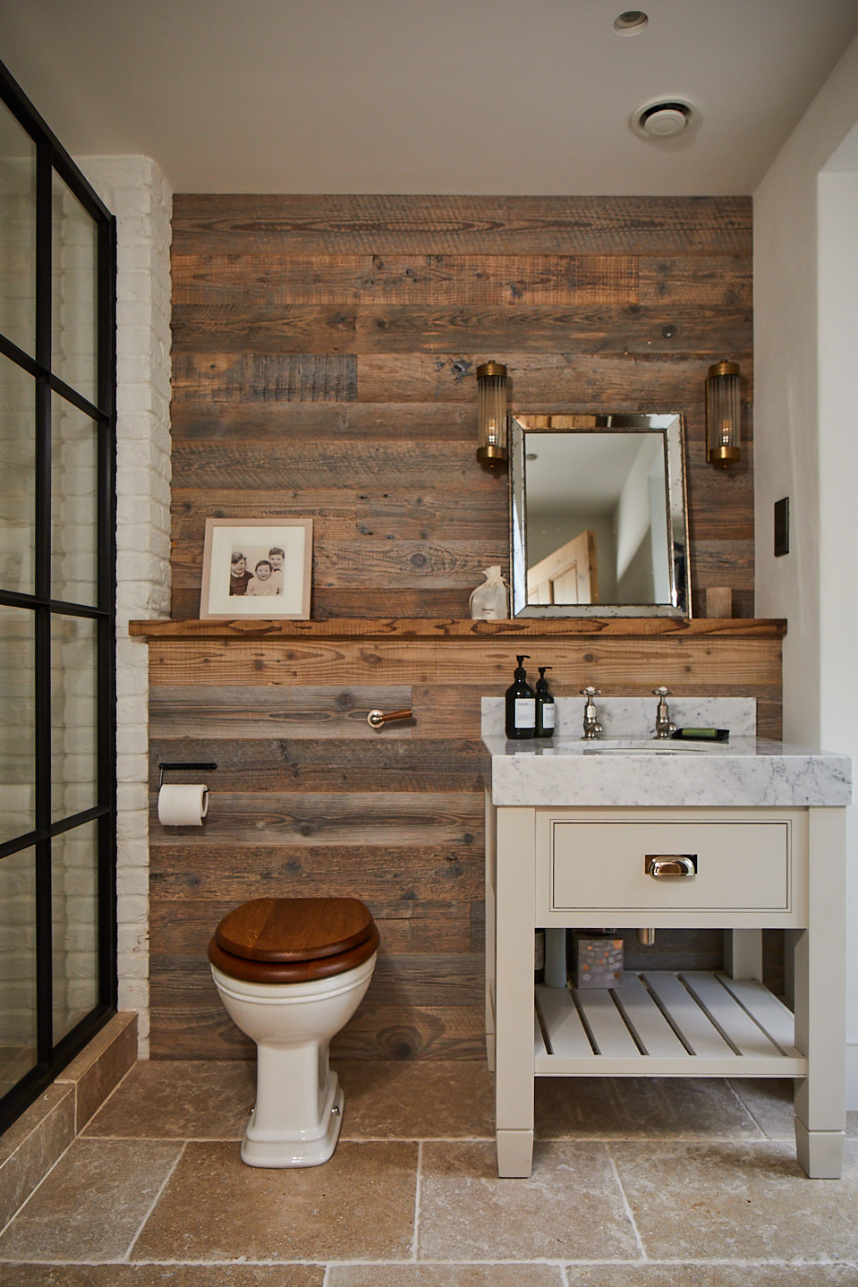 Cladded bathroom with single vanity unit and toilet