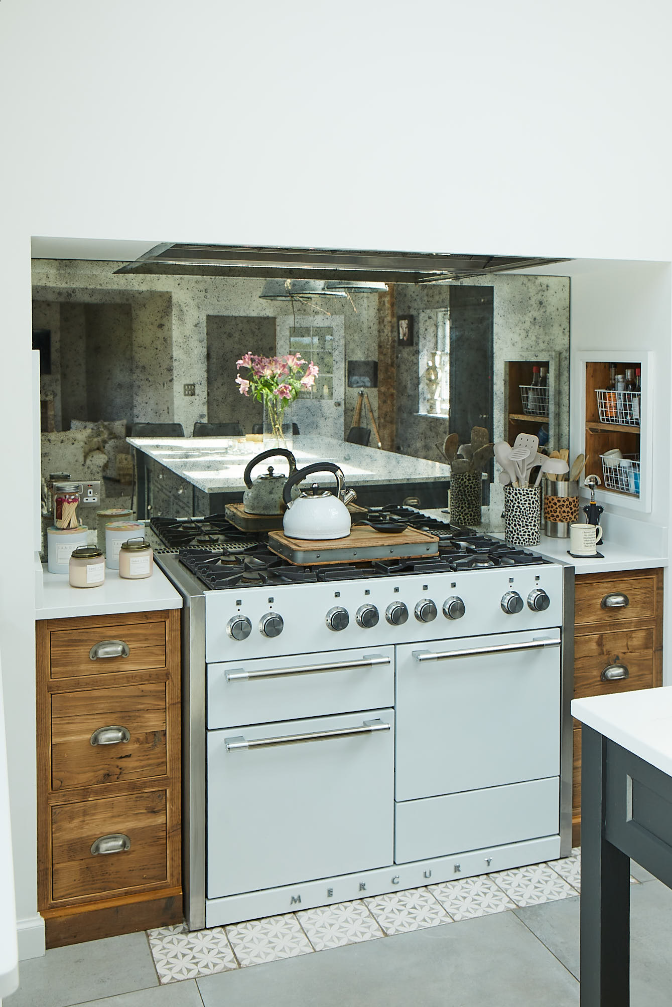 White Mercury cooker with rustic drawers left and right